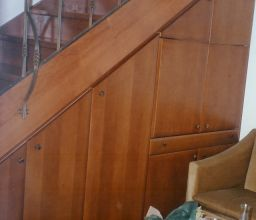 Ντουλαπα σε σκαλα